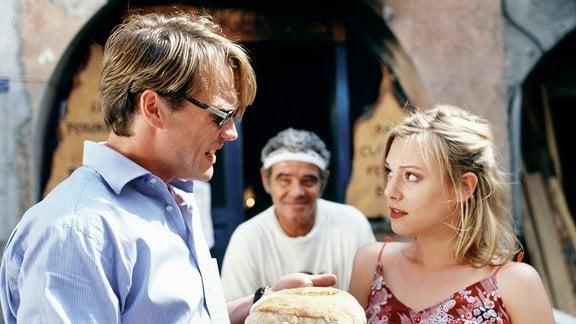 Der wohlhabende Rechtsanwalt Paul (Pierre Besson) hat sich aus seinem alten Leben zusammen mit der verführerischen Marie (Eva Hassmann) nach Südfrankreich zurückgezogen.