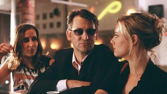 Marie (Eva Hassmann, re.) arbeitet als Lockvogel für Charly (Ingo Naujoks), der sehr ungemütlich werden kann.