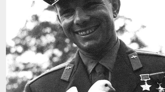 Juri Gagarin mit weißer Taube