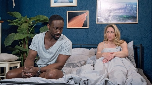 Britta (Jelena Mitschke, r.) ist um Versöhnung bemüht, aber Hendrik (Jerry Kwarteng, l.) kann unter dem Eindruck des drohenden Verlustes seiner Approbation nicht darauf eingehen …