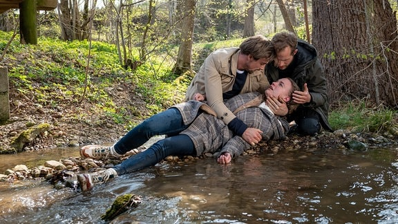 Mit Florians (Arne Löber, hinten r.) Hilfe rettet Hannes (Pablo Konrad, hinten l.) Maja (Christina Arends, v.).