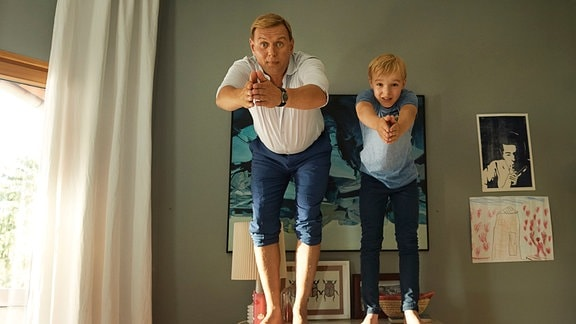 Vater Zitterbacke (Devid Striesow) bringt Alfons (Tilman Döbler) einen Kopfsprung bei.
