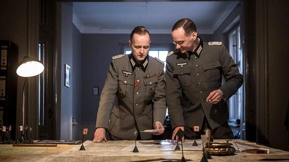 Spielszene mit Henning von Tresckow (Holger Handtke, l.) und Fabian von Schlabrendorff (Andreas Berg, r.).