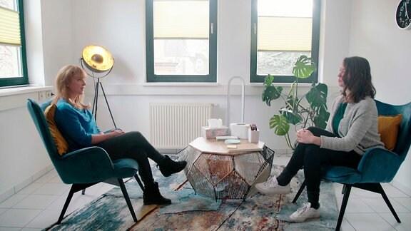 Psychotherapeutin Annelene Frey (links) in ihrer Praxis im Gespräch mit MDR-Autorin Michaela Reith.