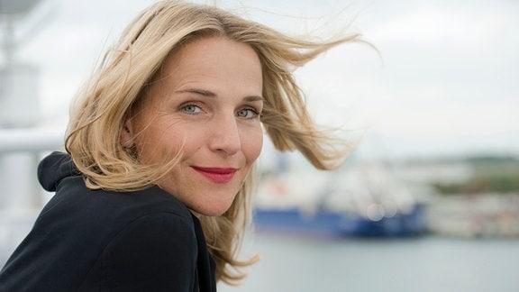 Die ehemalige Schiffsärztin Nora Kaminski (Tanja Wedhorn) kommt auf Rügen an.