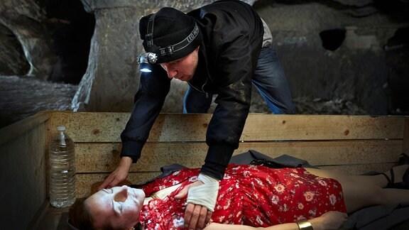 Ryan (Ludwig Trepte) sperrt sein betäubtes Entführungsopfer Vanessa (Katharina Schüttler) in einer Kiste in einem Fuchsbau ein.