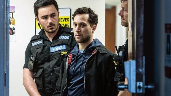 Der Entführer Ryan (Ludwig Trepte) wird verhaftet.