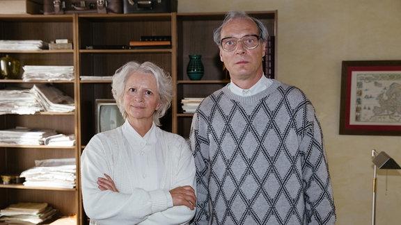 Margot Honecker (Johanna Gastdorf) wacht eisern darüber, dass kein Fotograf kompromittierende Bilder von ihrem Mann Erich Honeckers (Martin Brambach) machen kann.