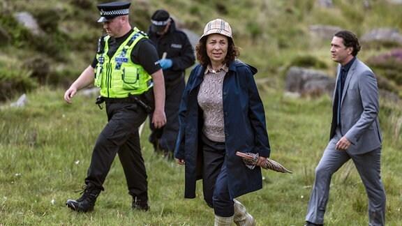 Detektive Inspector Morgan (Teresa Harder, vorne) und ihr Kollege Jenkins (Carsten Hayes, re.) nehmen die Suche nach der Vermissten wieder auf.