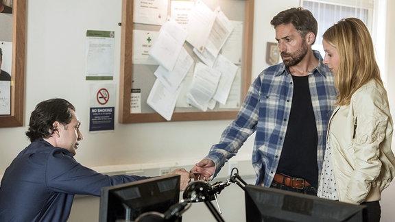Die Journalistin Jenna (Lisa Bitter, re.) und Matthew (Benjamin Sadler, Mitte) sprechen mit Detektive Inspector Jenkins (Carsten Hayes) über seine seit 3 Jahren vermisste Frau Vanessa.
