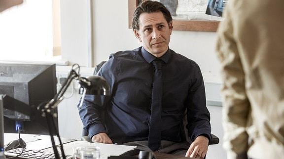 Detektive Inspector Jenkins (Carsten Hayes) glaubt nicht an ein Verbrechen im Fall der vermissten Vanessa.