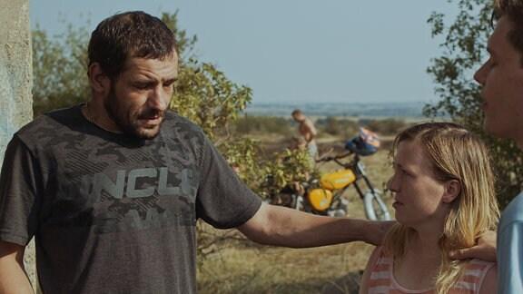 Steffen (Maik Triemer, li.) und Ben (Til Schindler) wollen Jugendliche (Jana Julia Roth) für ihren Glauben missionieren.
