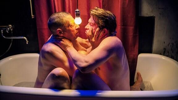 Cannes-09: Die Hauptdarsteller Jonny (Milton Welsh, li.) und Alexej (Dimitri Stapfer) sitzen gemeinsam in einer Badewanne.