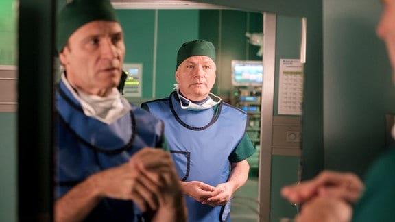 Dr. Martin Stein (Bernhard Bettermann, li.) hat eigentlich mit Dr. Brentano gerechnet. Doch  Dr. Roland Heilmann (Thomas Rühmann, re.) taucht, auf.