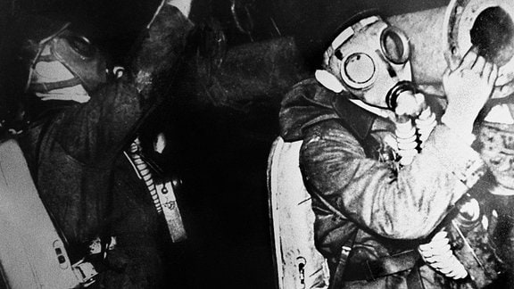 Rettungskräfte mit Atemschutzgeräten in einem Schacht des Zwickauer Steinkohlebergwerks.