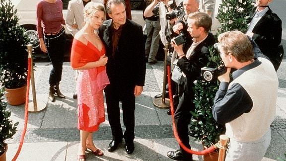 Linda Lano (Jennifer Nitsch, Mitte li.) hofft auf einen beruflichen und privaten Neuanfang an der Seite des Star-Regisseurs Jo Bent (Dieter Mattes, Mitte re.).