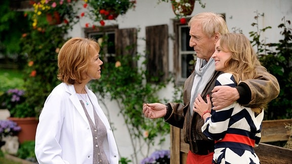 Jovana (Simone Hanselmann, re.) stellt ihrer besten Freundin Maria (Gaby Dohm) ihren neuen Freund Steffen (Günther Maria Halmer) vor.