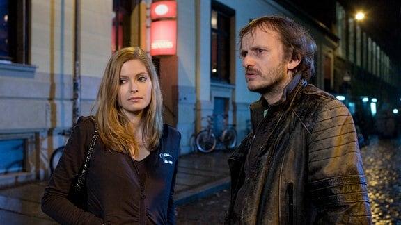 Rische (Milan Peschel ) und Ellen Krüger (Lisa Ivana Brühlmann) verlassen das Lokal Brunners. Rische will Ellen noch auf ein Getränk einladen, doch sie lehnt ab.
