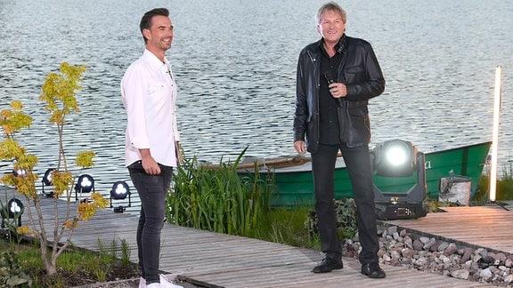 Florian Silbereisen mit Bernhard Brink stehen am Ufer