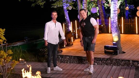 Florian Silbereisen und Andreas Gabalier stehen vor einer nächtlichen Kulisse auf einer beleuchteten Bühne