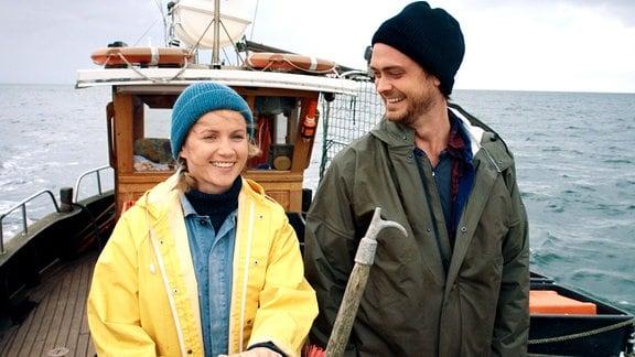 Marie (Cornelia Gröschel) und Alex (Sebastian Fräsdorf) auf dem Fischkutter.