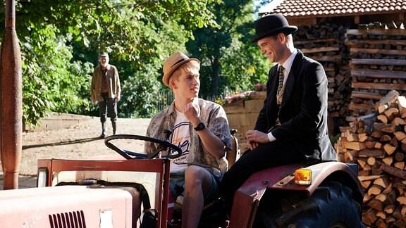 Joe Bend (James Chalmers) erklärt Pan Tau (Matt Edwards) den Traktor.