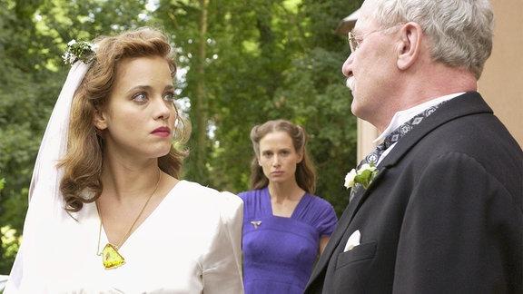 Die verbitterte Elisabeth (Nadeshda Brennicke, Mitte) beobachtet, wie Barbara (Muriel Baumeister) am Tag ihrer Hochzeit in einen schweren Streit mit ihrem Vater Albin (Jürgen Hentsch) gerät.