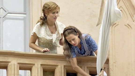Der Krieg ist aus: Barbara (Muriel Baumeister, li.) und Elisabeth (Nadeshda Brennicke) hissen die weisse Flagge.