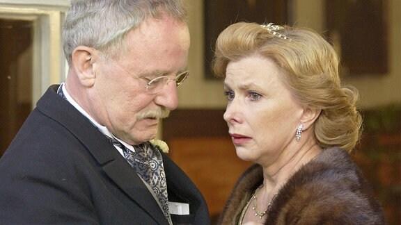 Voller Verzeiflung müssen Albin von Ganski (Jürgen Hentsch) und seine Frau Henriette (Ursela Monn) mit ansehen, wie ihre Tochter im Streit das elterliche Gut verlässt.