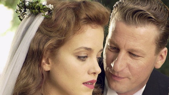 Zur Hochzeit bekommt Barbara (Muriel Baumeister) von ihrem Mann Alexander (Michael von Au) ein Bernstein-Amulett geschenkt: Als Symbol der Erinnerung.