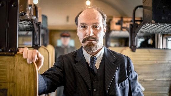 Spielszene mit Lenin (Martin Brambach)