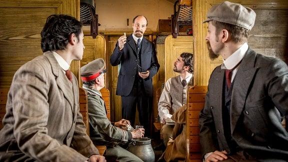 Spielszene mit Lenin (Martin Brambach, Mitte)