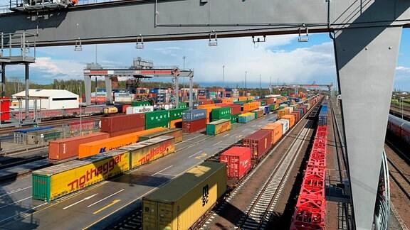 Güterverkehrszentrum Leipzig-Wahren. Die Bundesregierung will den Anteil der Gütertransporte auf der Schiene erhöhen: von derzeit 19% auf 25% im Jahr 2030.