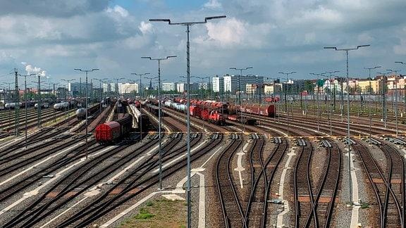 Der Güterbahnhof in Halle (Saale). So hochmodern sind längst nicht alle Güteranlagen in Deutschland, weshalb Milliarden investiert werden müssen, wenn die Wende im Güterverkehr gelingen soll.
