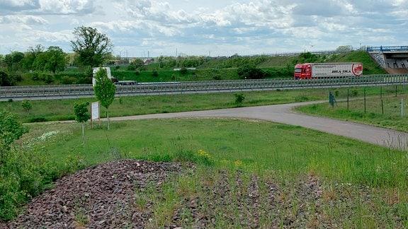 Bei Güsten wurde der Bahndamm der ehemaligen Kanonenbahn komplett weggerissen – zugunsten der Autobahn 36. Wiederaufbau: höchst unwahrscheinlich.