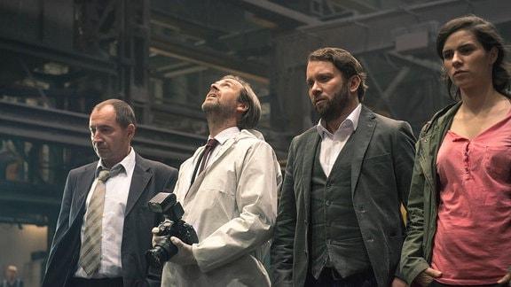 Am Fundort der menschlichen Überreste, v.l.n.r.: Kurt Stich (Thorsten Merten), Johann Ganser (Matthias Matschke), Lessing (Christian Ulmen), Kira Dorn (Nora Tschirner).