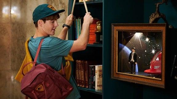 Lukas (Louis Swanepoel) ist vom Schaukasten mit Pan Tau (Matt Edwards) fasziniert.