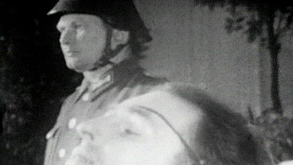 """Trauerfeier für Rudi Arnstadt am 16. August 1962 im Kulturhaus Geisa (Quelle: """"Aktuellen Kamera"""" vom 17. August 1962 / DRA )"""