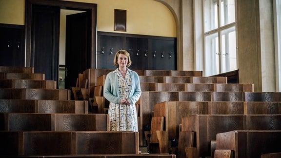 Schauspielerin Nina Gummich als Dr. Ella Wendt  im Vorlesungssaal der berühmten Klinik Charité.