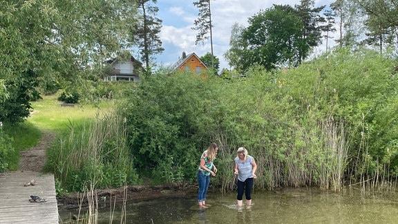 Madeleine (l.) und Jenny an einem Steg im Müritzsee.