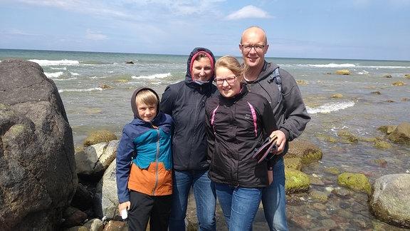 Markus Freund steht mit seiner Familie am Strand der Ostsee.