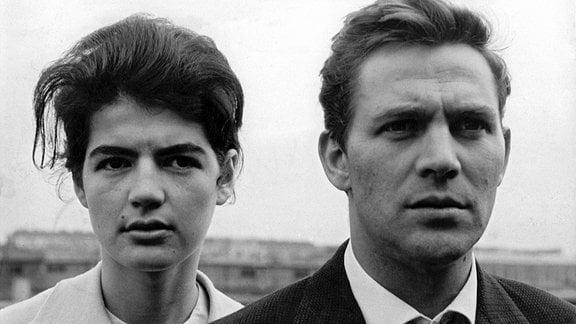 Auf der Warschauer Brücke, 13. August 1961: Vollkommen überrascht und ungläubig sehen Eva (Katí Székely, links) und Klaus (Ulrich Thein, rechts), dass sie nicht mehr nach Westberlin fahren können, sondern nun eine Grenze durch Berlin gezogen ist.