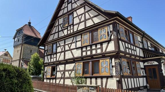 Viele Häuser in Westenfeld sind in der fränkischen Fachwerk-Bauweise errichtet und werden liebevoll gepflegt. Sogar die sehr selten gewordenen Fensterläden zum Schieben blieben erhalten.