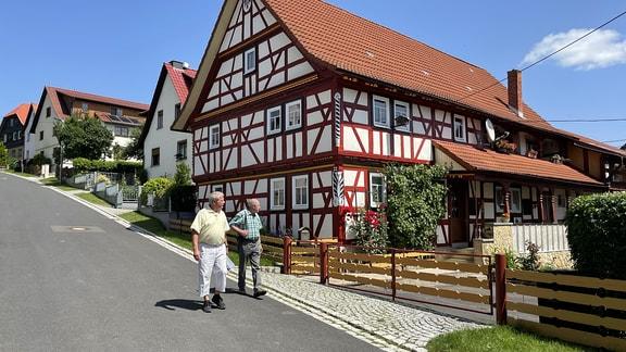 Ortschronist Detlef Floßmann geht regelmäßig auf Erkundungs-Tour, um sein Wissen über die architektonischen Kostbarkeiten zu vertiefen. Diesmal begleitet ihn Horst Thein, der Ortschronist aus dem Nachbardorf.