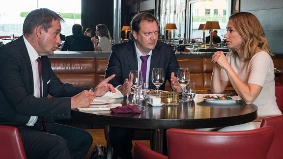 Andy (Charly Hübner) mit seinem Chef Christopher (Stephan Schad, li.) und seiner Kollegin Bea (Lisa Maria Potthoff) beim Geschäftsessen.