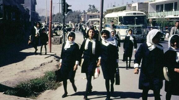 Afghanische Schulmädchen in Kabul auf dem Weg zur Schule. Afghanistan 1967/68.