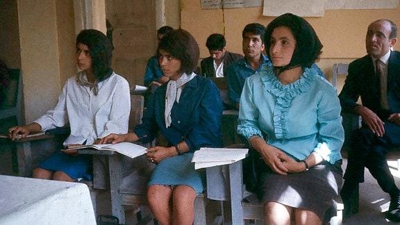 Frauen und Männer werden gemeinsam in Kabul unterrichtet, Afghanistan 1967/68.