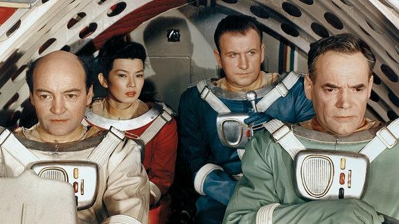 (v. l. n. r.): Ignacy Nachowski (Saltyk, polnischer Chefingenieur), Yoko Tani (Sumiko, japanische Ärztin), Günther Simon (Brinkmann, deutscher Pilot), und Oldrich Lukes (Hawling, amerikanischer Atomphysiker).