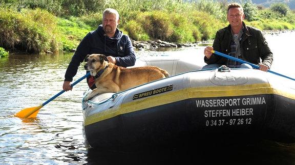 Axel Bulthaupt fährt mit einem Mann und dessen Hund Boot auf der Mulde.