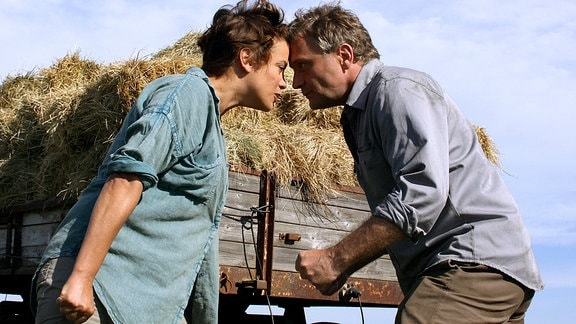 Bei der bodenständigen Frieda (Muriel Baumeister) bekommt der erfolgsverwöhnte Starkoch Felix (Bernhard Schir) heftigen Gegenwind zu spüren.